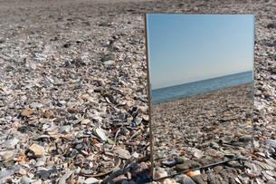 砂浜に映る海07の写真素材 [FYI03822739]