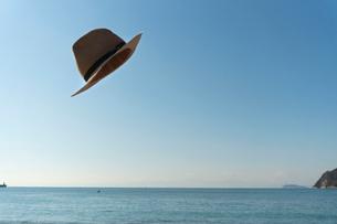 飛ばされた帽子01の写真素材 [FYI03822748]