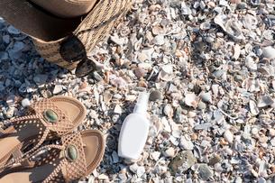 砂浜でUV対策の写真素材 [FYI03822750]