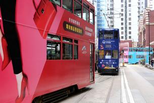 香港の街を行く路面電車トラム。英国植民地時代から走り続けるの写真素材 [FYI03822851]