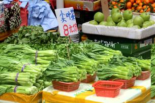 香港・旺角(モンコック/Mong Kok)の市場で売られる野菜。右は香港で最もポピュラーで香港人が大好きなカイラン菜(菜心)の写真素材 [FYI03822972]