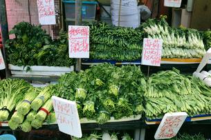 香港・旺角(モンコック/Mong Kok)の市場で売られる野菜。中央手前はクレソン。奥は香港人が大好きなカイラン菜(菜心)。カイラン菜の右は中国白菜の写真素材 [FYI03822984]