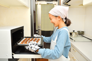 キッチンでクッキーを焼く女の子の写真素材 [FYI03823013]