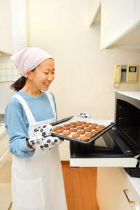 キッチンでクッキーを焼く女の子の写真素材 [FYI03823015]