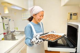 キッチンでクッキーを焼く女の子の写真素材 [FYI03823018]