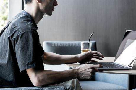 仕事中の男性の写真素材 [FYI03823187]