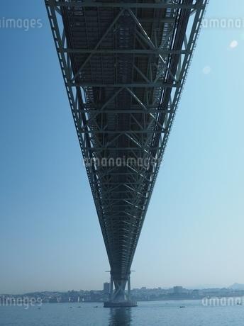 見上げる明石海峡大橋の写真素材 [FYI03823282]