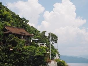 竹生島神社と入道雲の写真素材 [FYI03823290]