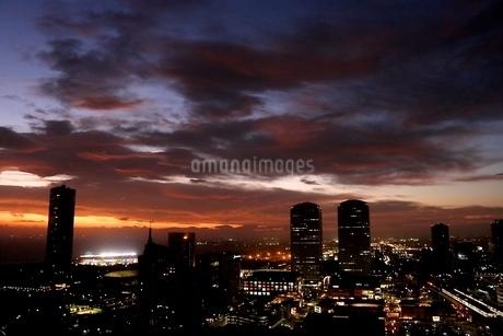 都会の夕景 ナイターの写真素材 [FYI03823564]