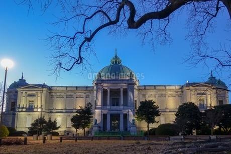 ライトアップされた表慶館(東京国立博物館)の写真素材 [FYI03823637]