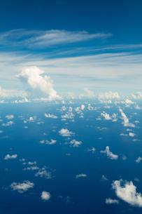飛行機から見た海と空と雲の写真素材 [FYI03823712]