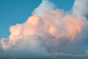 夕日で焼けた夕焼け雲と青空と彩雲の写真素材 [FYI03823713]