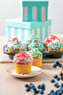 Homemade cupcakes with pink and blue icing decorationの写真素材 [FYI03823888]