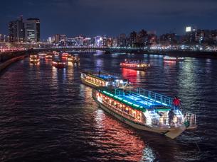 夜桜と隅田川の屋形船の写真素材 [FYI03823929]