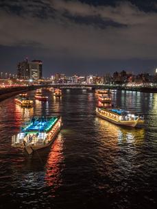 夜桜と隅田川の屋形船の写真素材 [FYI03823931]