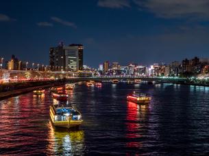 夜桜と隅田川の屋形船の写真素材 [FYI03823953]
