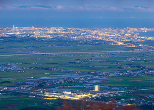 北海道 自然 風景 きじひき高原より北斗市街遠望 (夕景)の写真素材 [FYI03824136]