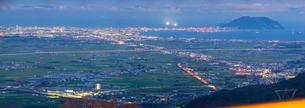 北海道 自然 風景 パノラマ きじひき高原より北斗市街遠望 (夕景)の写真素材 [FYI03824137]