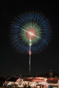 土浦全国花火競技大会の10号玉 昇曲導付四重芯変化菊の写真素材 [FYI03824214]