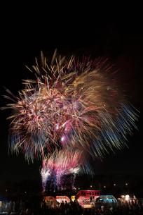 土浦全国花火競技大会のスターマイン ファンタジーロマンスの写真素材 [FYI03824216]