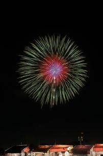 土浦全国花火競技大会の10号玉 昇曲付八重芯変化菊の写真素材 [FYI03824222]