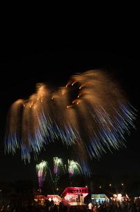 土浦全国花火競技大会のスターマイン ファンタジーロマンスの写真素材 [FYI03824224]