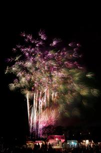 土浦全国花火競技大会のスターマイン ファンタジーロマンスの写真素材 [FYI03824225]