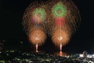 湯河原温泉海上花火大会 スターマインの写真素材 [FYI03824235]