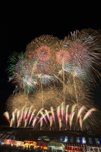 長野えびす講煙火大会 開会 個人協賛特大スターマインの写真素材 [FYI03824276]