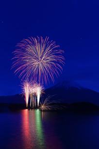 富士山と冬の花火祭 富士宮市北部地域活性化事業 田貫湖まつりの写真素材 [FYI03824299]
