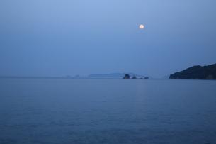 月と海の写真素材 [FYI03824347]