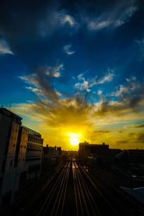 夕暮れの街並みと線路のイメージの写真素材 [FYI03824474]