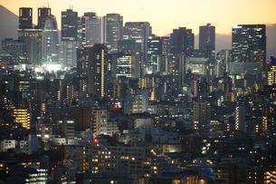 文京シビックセンターからの夕景(新宿方面)の写真素材 [FYI03824542]