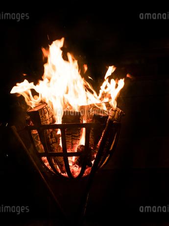 篝火の写真素材 [FYI03824713]