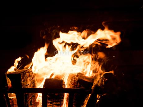 篝火の写真素材 [FYI03824730]