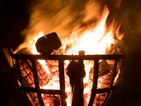 篝火の写真素材 [FYI03824738]