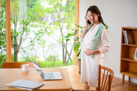 テレワークする妊婦の写真素材 [FYI03824824]