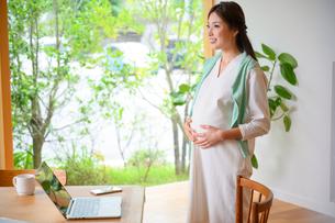 テレワークする妊婦の写真素材 [FYI03824829]