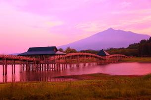 鶴の舞橋夕景 津軽富士見湖の写真素材 [FYI03825145]