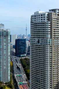 汐留の高層タワーマンションと首都高速道路の写真素材 [FYI03825212]