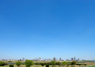 荒川土手から見る対岸の川口市の高層タワーマンション群の写真素材 [FYI03825225]