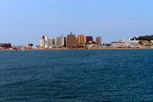 夏の片瀬海岸と高層集合住宅の写真素材 [FYI03825234]