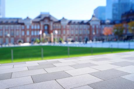 広場の石畳と東京駅丸の内駅舎の写真素材 [FYI03825235]