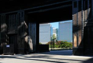 桜田門と丸の内の高層ビルの写真素材 [FYI03825237]