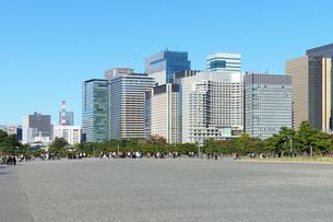 皇居前広場の観光客と都心の高層ビル群の写真素材 [FYI03825238]