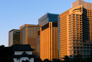 桜田巽櫓と夕日に輝く都心の高層ビル群の写真素材 [FYI03825241]