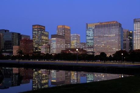 皇居の内濠越しに見る丸の内夕景の写真素材 [FYI03825243]