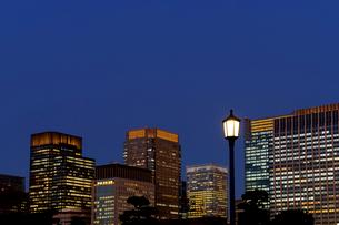 灯りの点った丸の内の高層ビル群の写真素材 [FYI03825244]