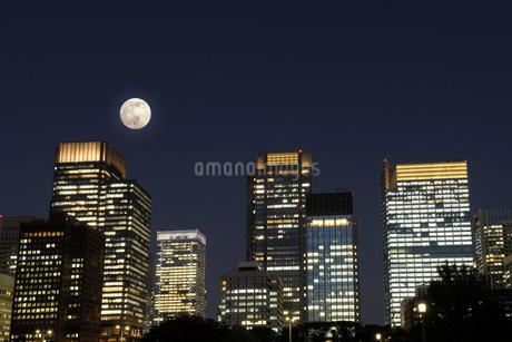 満月と丸の内の高層ビル群の写真素材 [FYI03825246]
