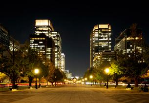 夜の行幸通りと丸の内の高層ビル群の写真素材 [FYI03825248]